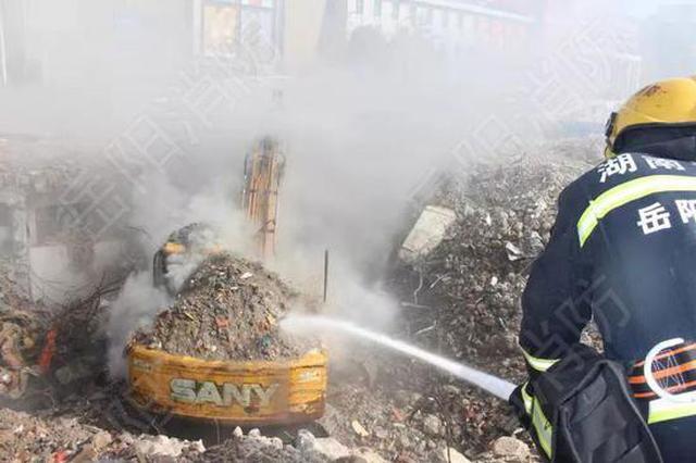 岳陽一在建工地挖掘機起火燃燒 消防員十分鐘撲滅