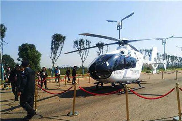 直升機剛降落 湘潭男子沖上去用手砸破玻璃窗