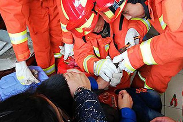 永州三岁男童手指被卡 消防员历时2小时帮助脱险