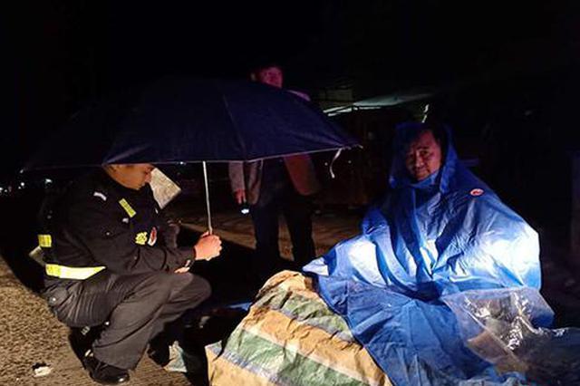 益阳大通湖辅警雨夜蹲地为伤者打伞受赞誉