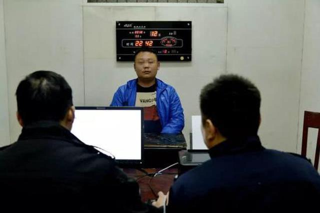 益阳一男子在广场上持刀行凶 2分钟后被民警抓获