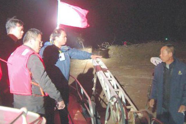 岳阳市水务局执法人员夜巡洞庭湖、长江打击砂石偷采行为