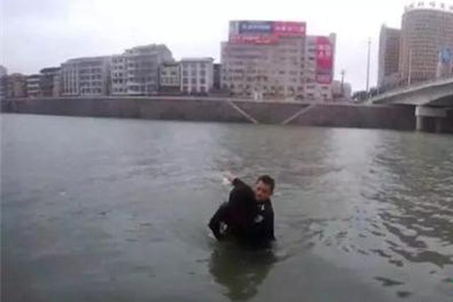 娄底民警刺骨河水中救出轻生女孩