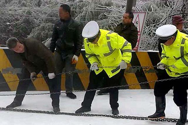 隆回高寒山区冰雪封路 交警上路保驾护航