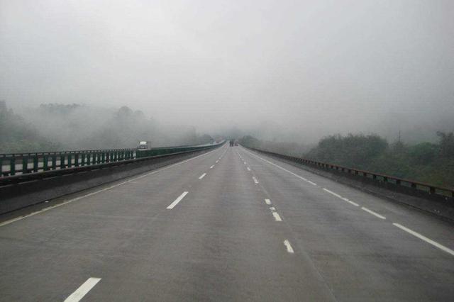 湖南省内高速数个路段出现结冰 交警提醒谨慎驾驶