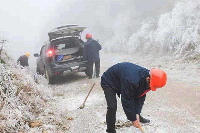 风雪电网人 安化电力人员山路跋涉2小时保供电