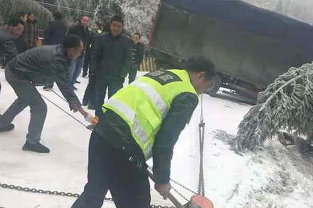 大货车因积雪被困 邵阳隆回县路政养护紧急救援