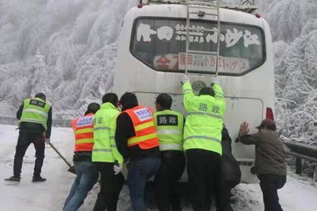 隆回路政养护坚守抗冰一线96小时 解救被困车辆9台28人