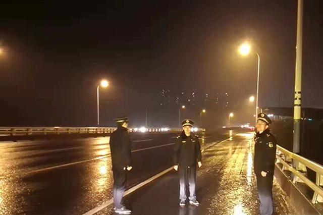 应对低温雨雪天气 长沙城管日夜巡查值守