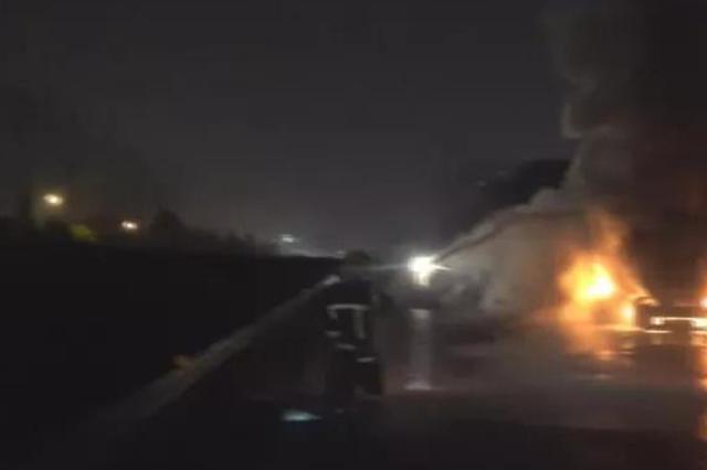 京港澳高速长沙段:31吨食品油罐车起火成功处置