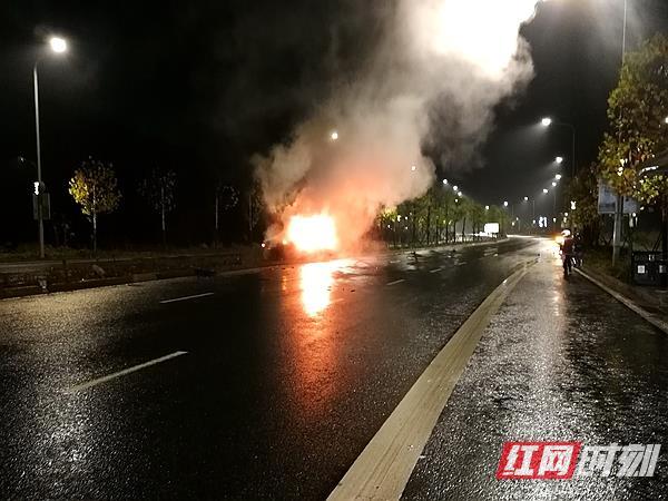 小车撞树起火 湘潭城管队员与路人及时施救