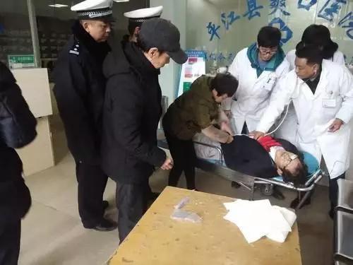 岳阳一驾驶员在车内烤火 煤气中毒被抢救
