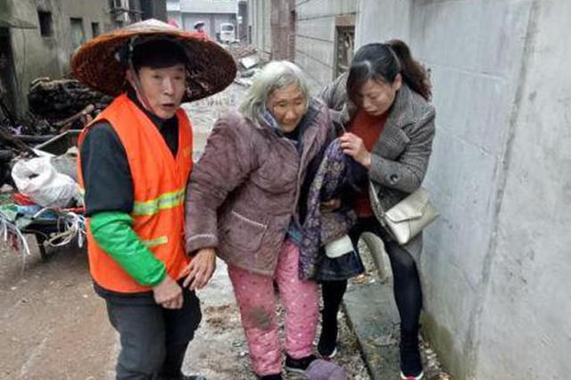 """八旬老人冷雨中摔倒 """"红马甲""""伸援手助老人回家"""