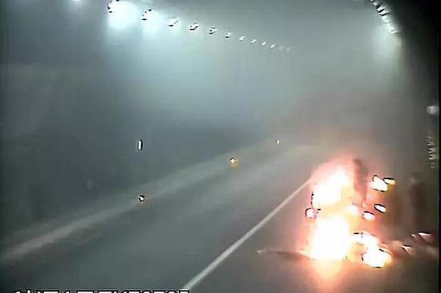 皮卡车车尾起火 驾驶员竟在隧道内抛掷燃烧物
