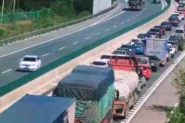 不满交通管制 客车驾驶员煽动乘客堵塞车道