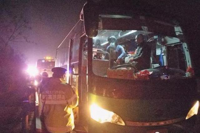 客车接连抛锚高速 路政蜀黍救援118名滞留乘客