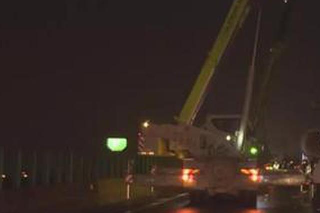 长沙绕城高速大货车抛锚 转运60米长巨型桨叶