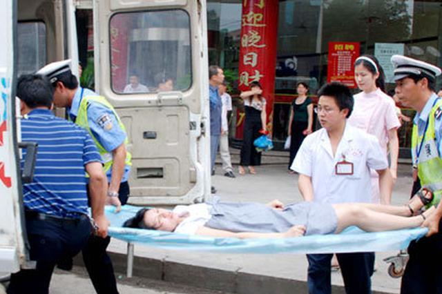 """孕妇出租车上""""要生了"""" 警车开道护送进医院"""