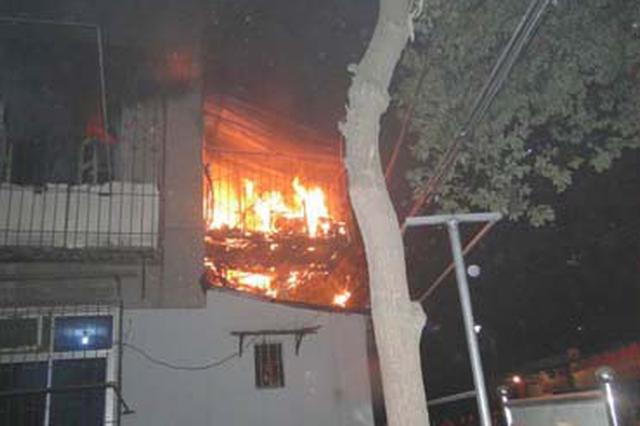 怀化一住宅起火 消防救出5人