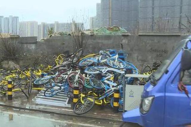 长沙废弃共享单车堆成小山 出行已成安全隐患