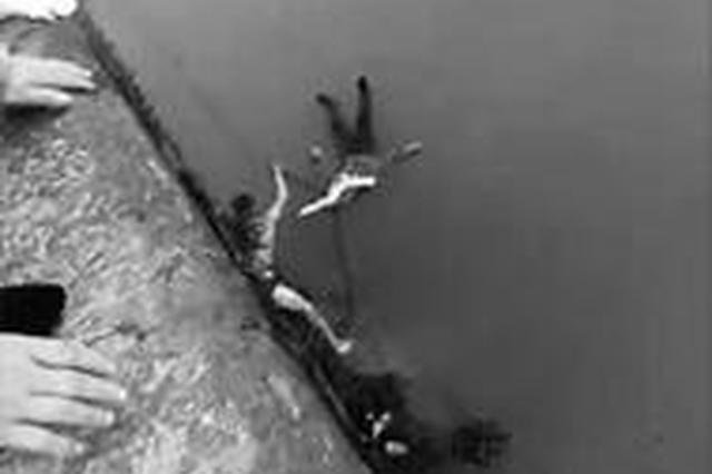 女子带儿女跳河轻生 好心人跳入冰冷水中成功营救