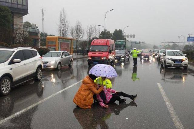 暖!交警单膝跪冰雨中半小时 只为了骑车被撞伤的她