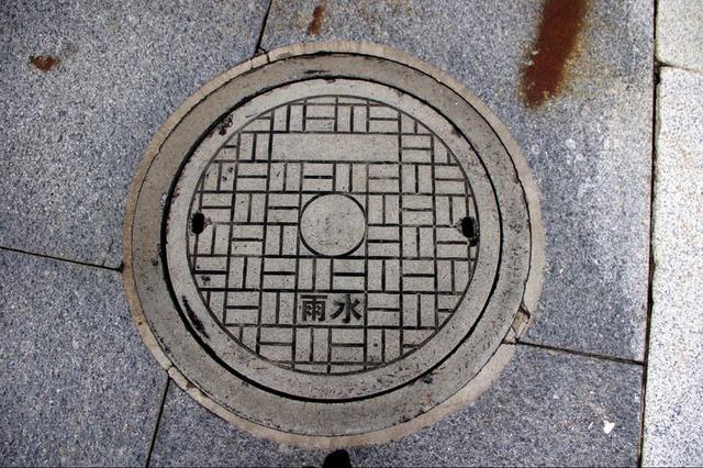 岳阳市城区6条主干?#26639;?#25442;新型窨井盖