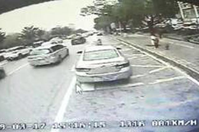 长沙:路遇小车起火 公交司机停车相助