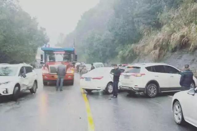 平伍公路发生近20台车辆连环相撞事故