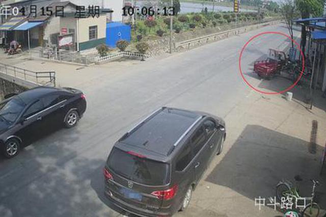 撞完人之后留下些花苗 常德交警找到逃逸三轮车
