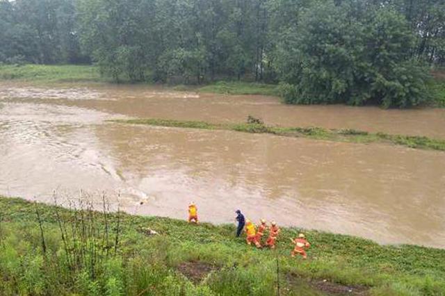湖南益阳:男子河中沙洲捕鱼 上游泄洪导致差点冲走