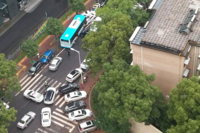 """长沙一公交撞上对向车致9车受损 其中一车""""骑""""到后车顶"""