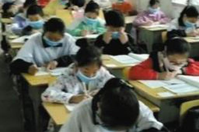 湖南华容:窗外飘来恶臭 小学生带口罩上课