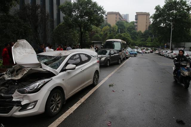 长沙一公交车失控撞车 公交:驾驶员为了避开堵点偏离规划路线