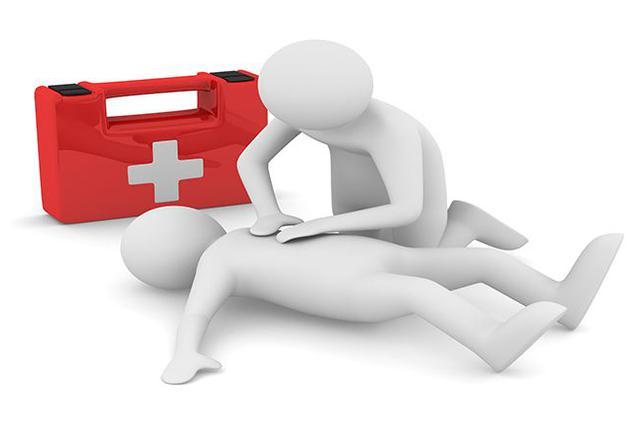长沙某医院医生一直跪着给患者实施心肺复苏