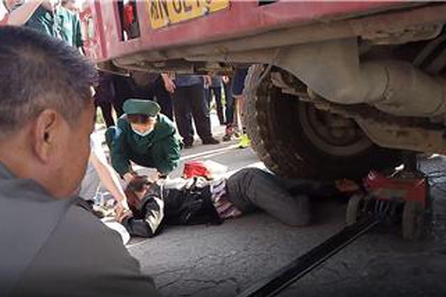 危急!女子骑电动车被卷大货车轮 右腿被压在车轮下