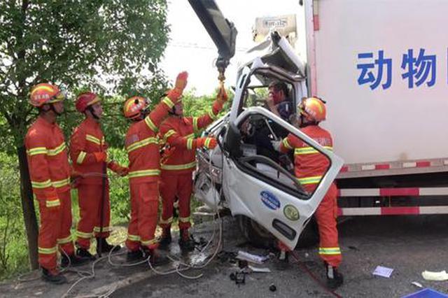 三车连撞 轻卡司机夹在罐车和大货车中间被卡