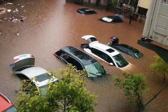 组图|湖南桂阳县遭遇强降雨 车辆被淹