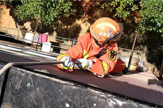 衡阳一女子被锁屋内自己砸坏门锁 消防员高空滑降营救