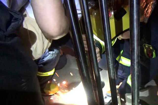 小孩贪玩被卡楼梯扶手 常德消防切割救援