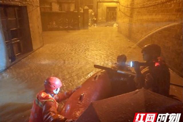岳阳: 城区内涝积水过肩 消防连夜救援被困居民329人