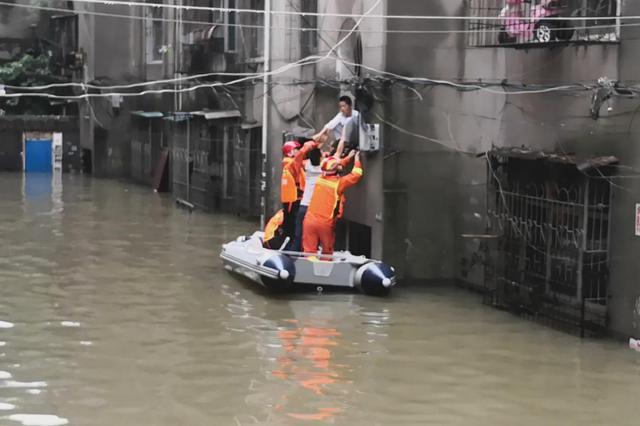 中考日岳阳一小区积水没脖 消防员划船救助16名考生