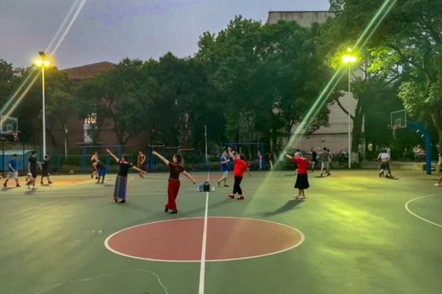 大妈在湖大跳广场舞被学生撞伤 怒贴公告:不要在此打球