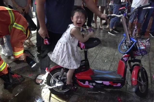 永州一女孩脚卡电动车 消防紧急救援