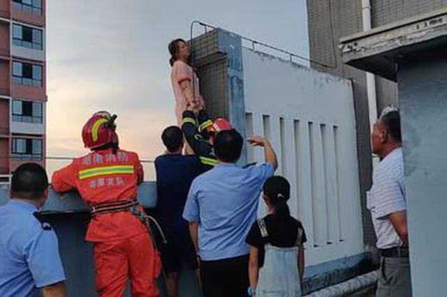 怀疑老公有外遇 湘潭女子大热天在顶楼站到体力不支