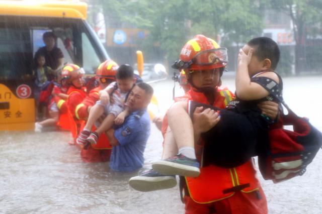 常德暴雨校车被淹 交警消防从齐腰深积水中抱出22个儿童