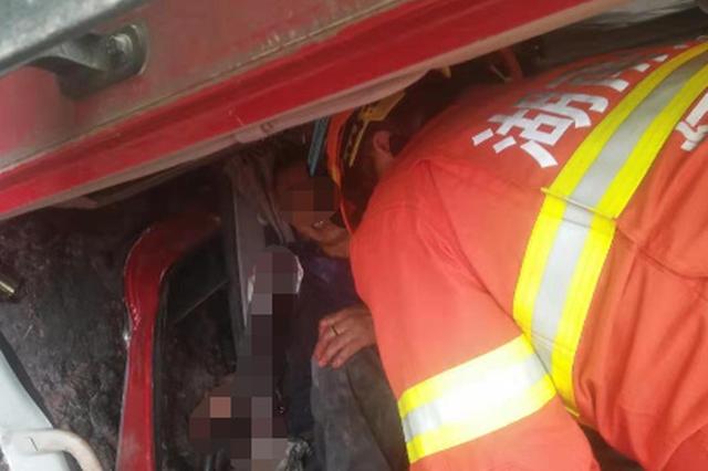 怀化一货车撞山 司机手臂直接断裂