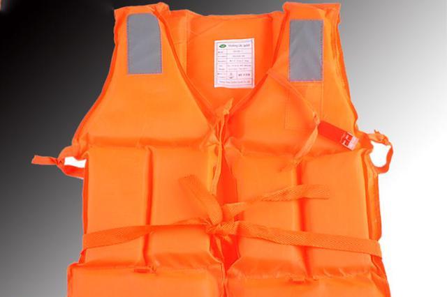 湖南浏阳河上龙舟侧翻两人失踪 村民:他们没穿救生衣