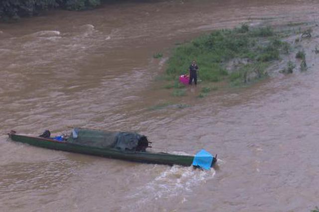 益阳桃江一市民河道打捞垃圾 被洪水围困溪中小岛