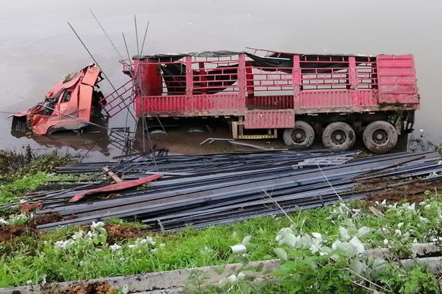 益阳一货车侧翻湍急河道 车头被拦腰截断